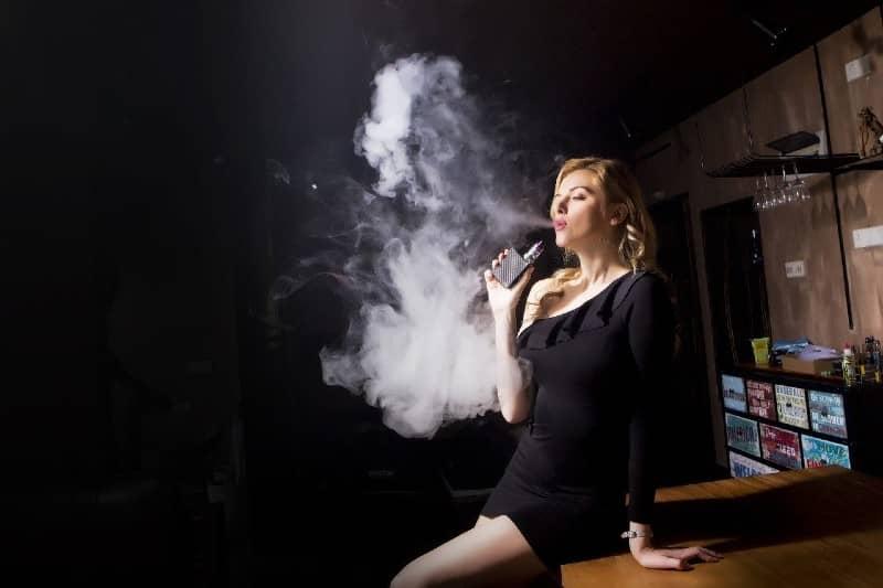 Vrouwen die e-sigaretten gebruiken, kunnen moeilijker zwanger te worden, waarschuwen wetenschappers